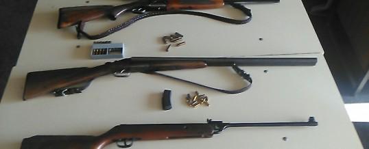 U pretresima pronađena droga i oružje