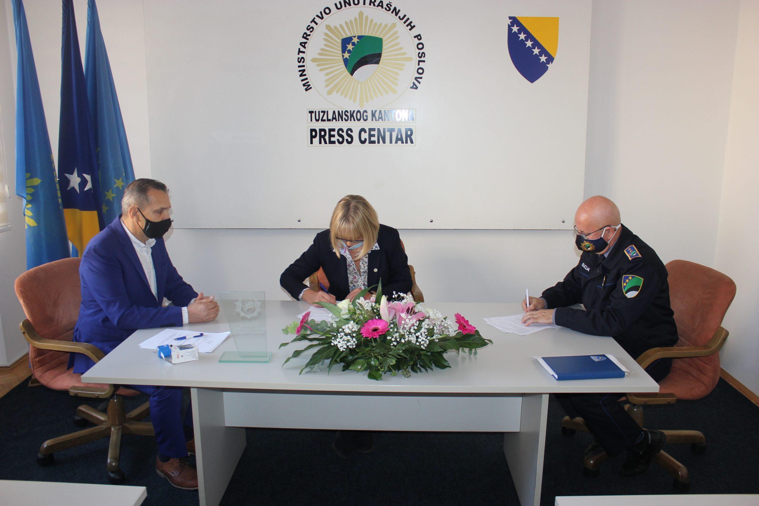 """Potpisan Sporazum o saradnji između  Uprave policije MUP TK, U.G. """"Vive Žene"""" i RTV TK"""