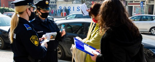 Policija i studenti sa građanima razgovaraju o problemu nasilja u porodici